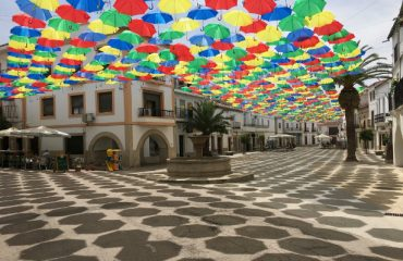 Paraguas de colores en la Plaza Mayor de Malpartida de Cáceres