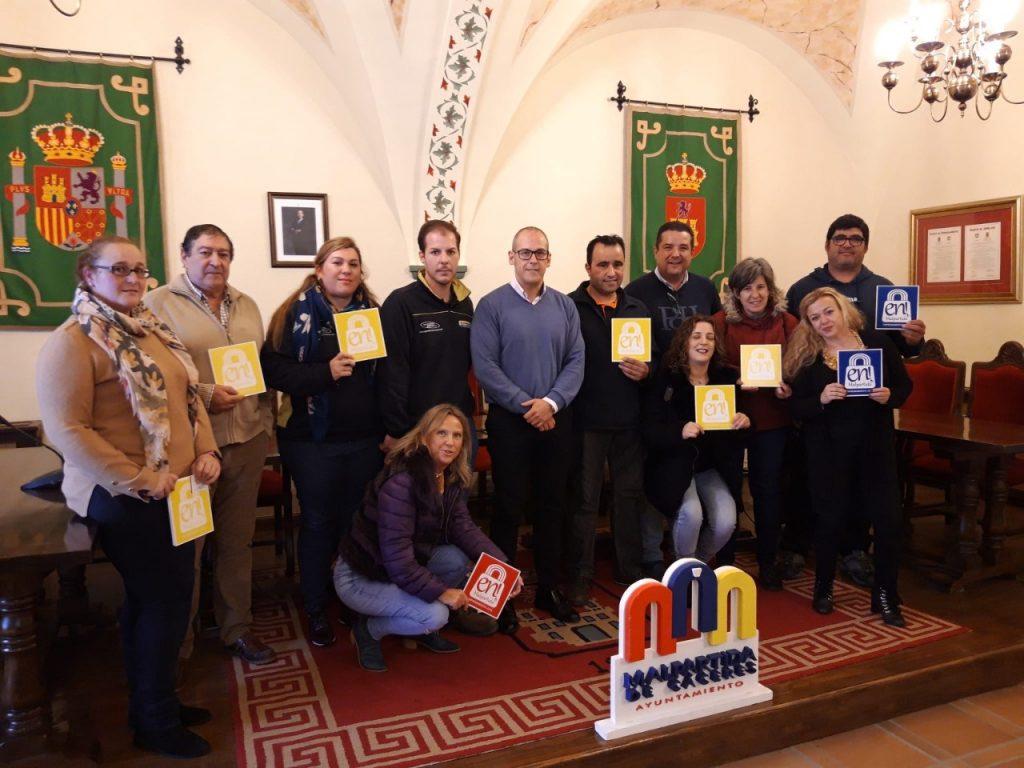 El alcalde de Malpartida posa con las nuevas empresas que se incorporan al plan de emprendimiento En Malpartida