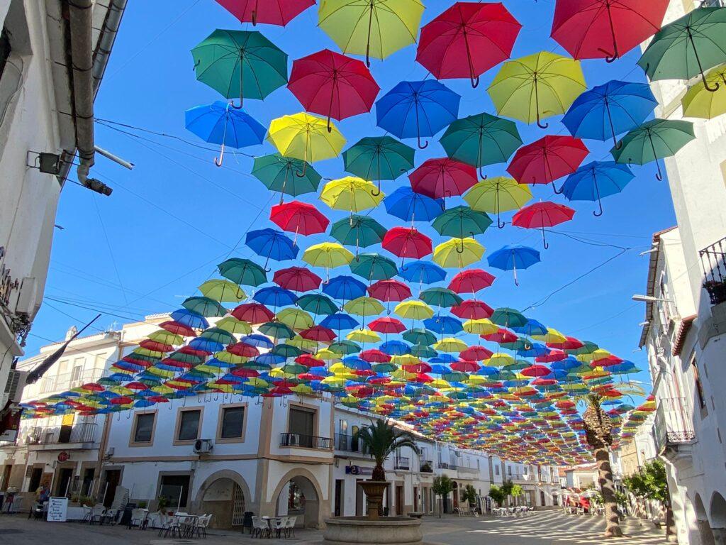 Plaza de los paraguas de colores de Malpartida de Cáceres