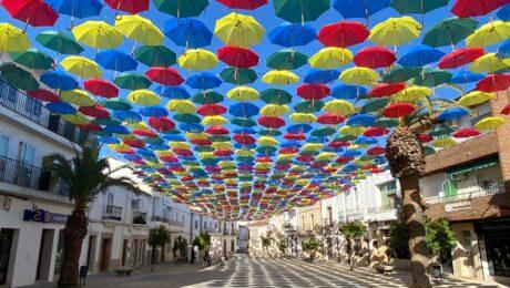 Paraguas de colores en Malpartida de Cáceres